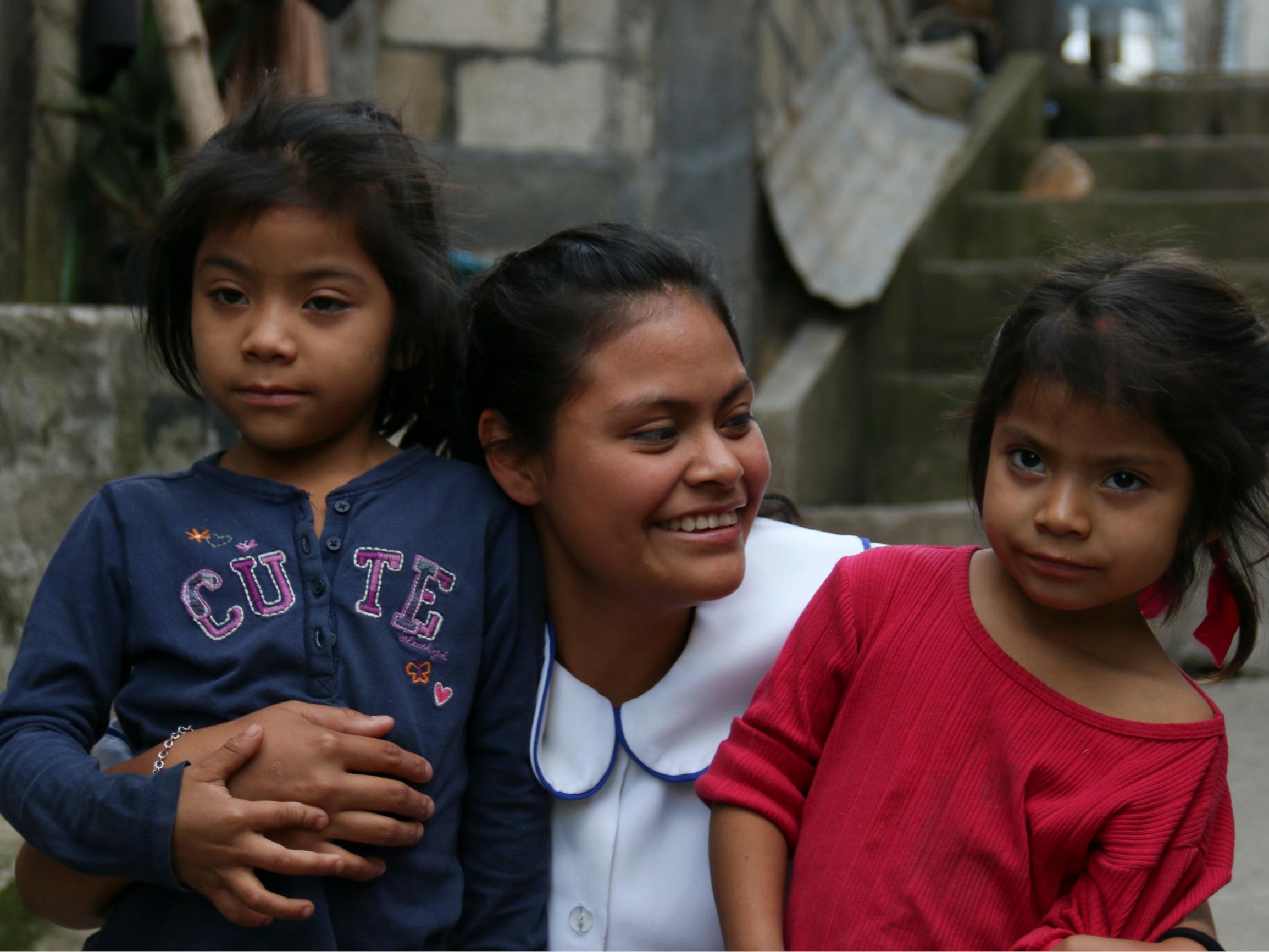 Leerling met twee kinderen van de basisschool