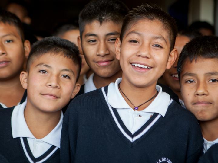 Kinderen met uniform van Wereld Dorpen voor Kinderen