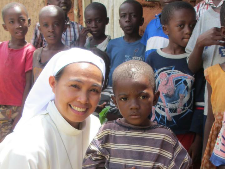 Zuster met kinderen in Tanzania