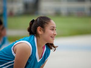 Meisje gehurkt in sportwedstrijd