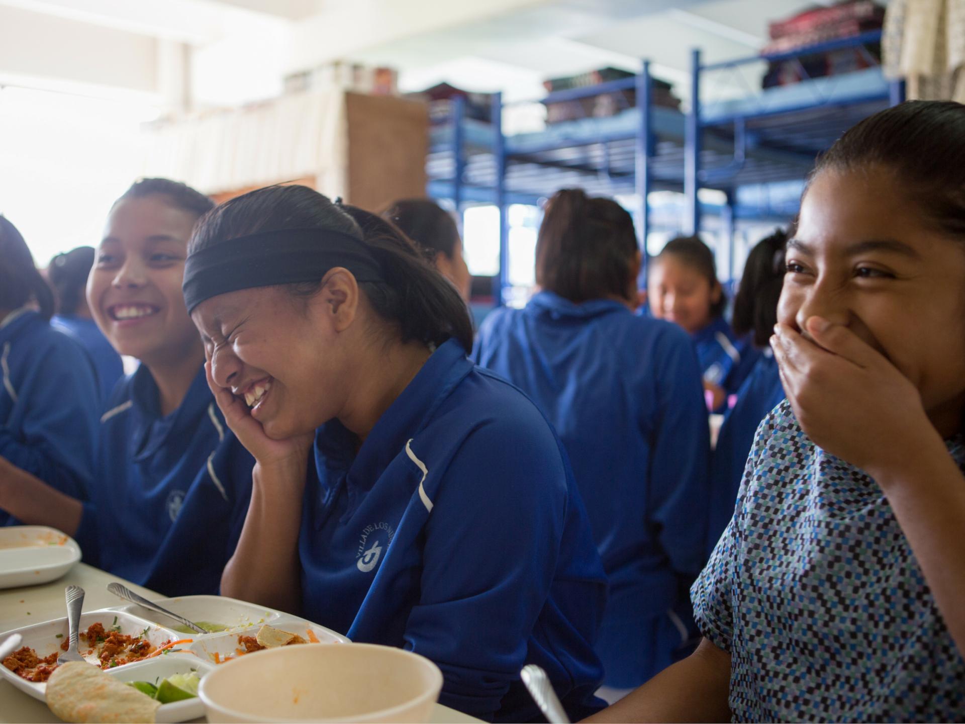 Meisjes lachen tijdens lunch