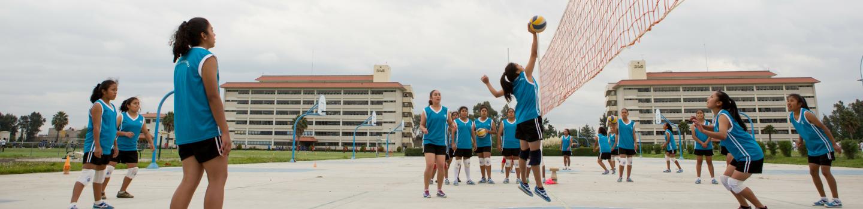 Meisjes op volleybal veld