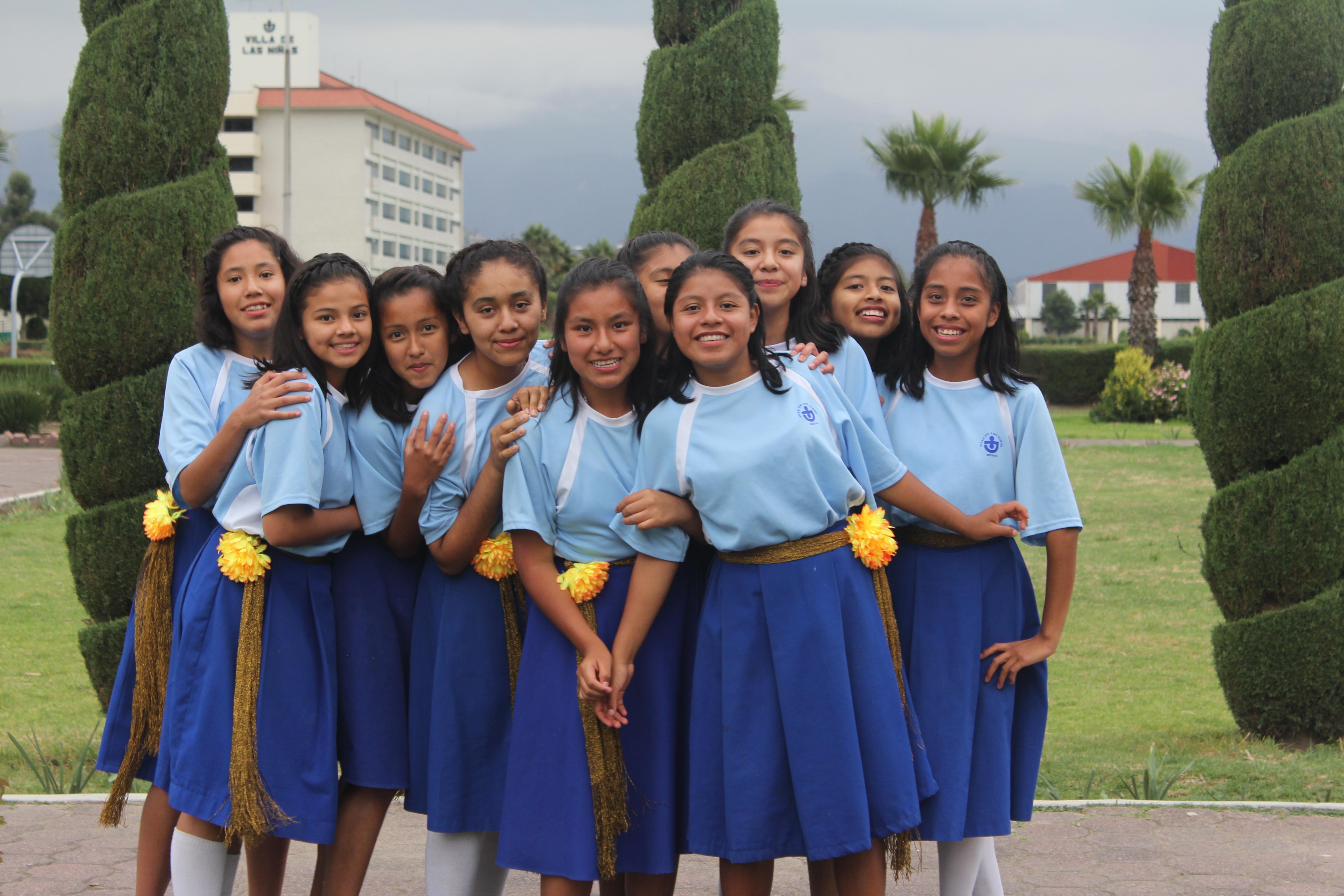 Meisjes uit Werelddorp Mexico in groepje