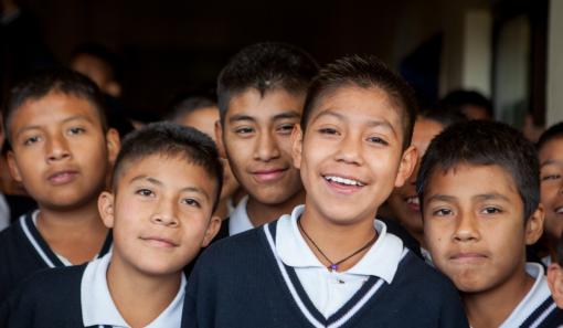 Kinderen uit Werelddorpen glimlachen