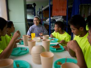 Kinderen uit dorpen aan eettafel