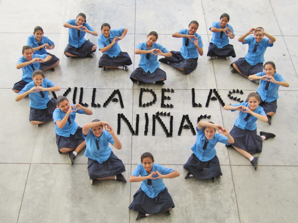 Kinderen uit Werelddorpen zitten in hartjesvorm