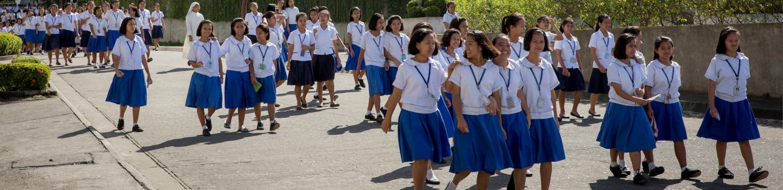 School meisjes lopen buiten