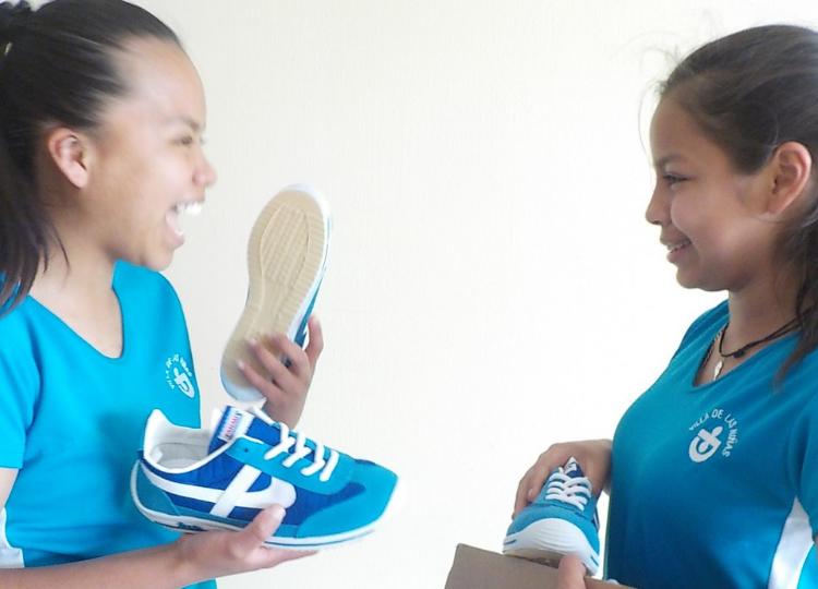 Twee meisjes met nieuwe schoenen