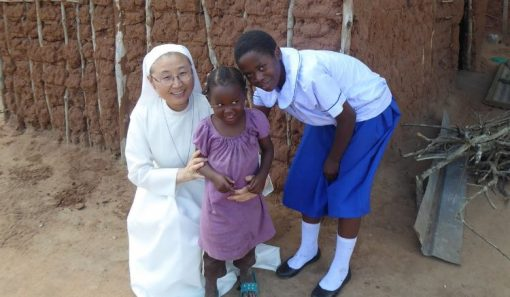 Zuster Maria met nieuwe studente en klein zusje in Tanzania