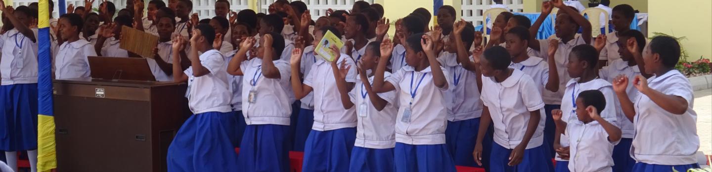 Groep meisjes in Tanzania juigen bij opening